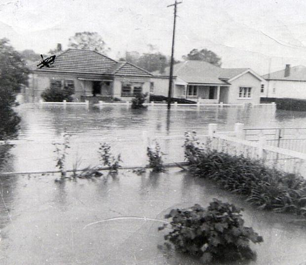 Homes in Edward Street at the mercy of the 1964 flood. Copyright: Camden Historical Society.